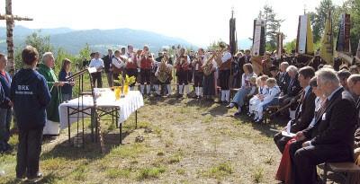 Inmitten der imposanten Naturkulisse am Steinbruchplateau zelebrierte Pfarrer Michael Bauer den Festgottesdienst. (Foto: Behringer)